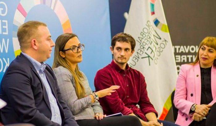 grup i njerëzve që marrin pjesë në një panel diskutimi