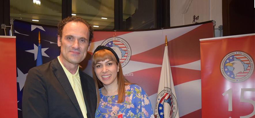 një burrë dhe një grua që qëndrojnë pranë njëri-tjetrit dhe duken të lumtur
